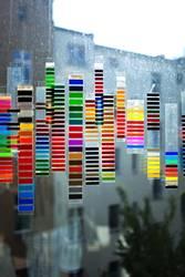 Farbmuster am Fenster