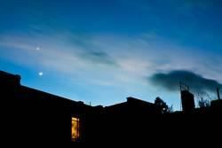 Hinterhof mit Venus und Mond