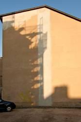 Schatten von einem Baugerüst auf einem Haus