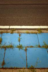 Blauer Gehweg