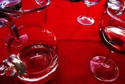 Rotwein auf Rot-Tisch-Decke