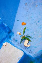 Orangenrest an Blau