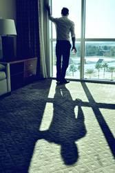 Mann an Fenster IV