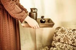 Frau mit Tablett