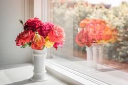 Blumenstrauß aus Rosen in einem Fenster