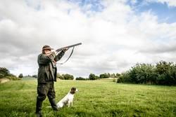 Jäger schießt ein Gewehr