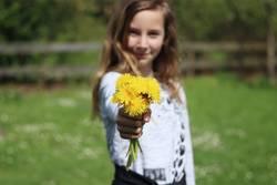 Alles Gute zum... | Mädchen mit Löwenzahn-Blumenstrauß