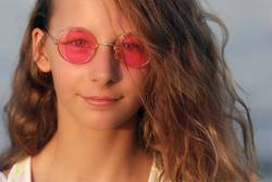 My world is pink | Teenager Mädchen mit rosa Brille