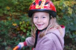 Mit Sicherheit mehr Spaß | Mädchen mit Zahnlücke und Fahrradhelm