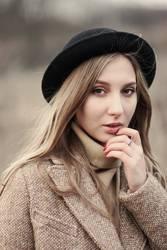Herbstportrait des schönen Mädchens