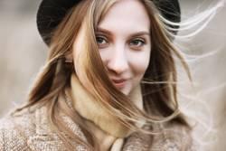 Smiley-Mädchen in Hut