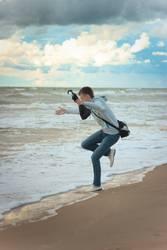 Junge springt am Meer.