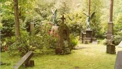 Buntes treiben auf dem Friedhof