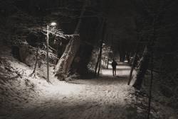 Jogger im Schnee bei Nacht