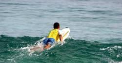 surfer beim rauspaddeln