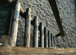 Holztreppe im Sand