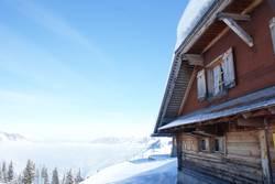 Nebelmeer und Alpenhütte