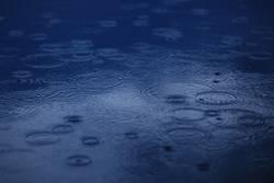 Regentropfen im See