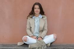 junge Frau sitzt auf einer Bank