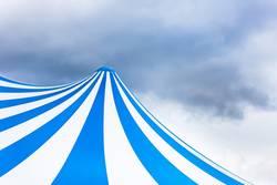 Zirkuszelt blau weiß gestreift