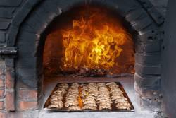 Höllenfeuer im Steinofen mit Gebäck