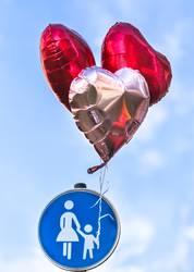 Fußgängerschild mit Luftballons