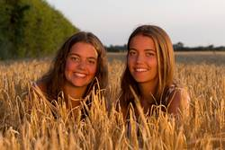 zwei junge Frauen im Kornfeld