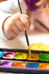 Malende Kinderhand
