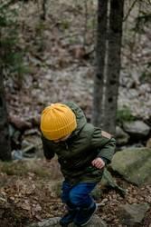 Kleiner Wanderer klettert durch den Wald