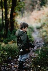 Wir fangen den Herbst ein. Junge mit Kamera