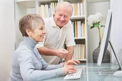Senioren Paar hat Spaß am Computer und dem Internet