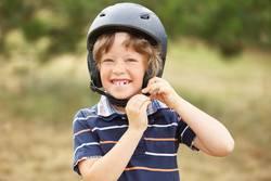 Glücklicher Junge mit Helm