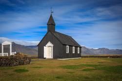 Schwarze Kirche in Budir, isländische Holzkirche mit Friedhof.