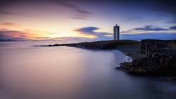 Leuchtturm in Island. Panoramablick über den Nordatlantik.