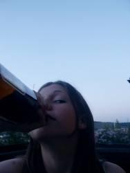 Mädchen an Flasche