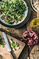 Grüner Salat mit Granatapfel, Manna Croup, Zwiebel