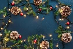 Weihnachtsdekoration mit Lichtern und Kiefernzweigen