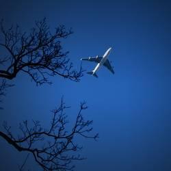 Kleines Flugzeug am Himmel die 100ste...