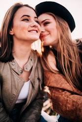 Glückliche Jugendlichmädchen des besten Freunds, die draußen umfassen