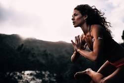 Junge starke Frauen, die Yogahaltung tun