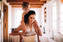 Mutter und Sohn, die zusammen in der Küche backen