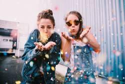 Freunde, die draußen mit Konfettis feiern