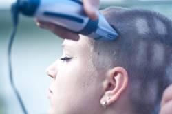 Fenster in den Kopf rasiert