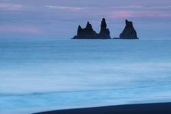 Felsen im Meer bei Via, Island
