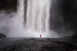 Wasserfall auf Island mit Mensch