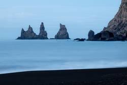 Felsen im Meer bei Vik, Island,