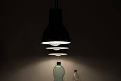 Lampen und Wasserflaschen (3:2)