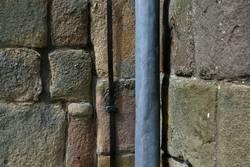 Fallrohr und Steine