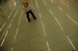 Erwartungsvoll am Flughafen