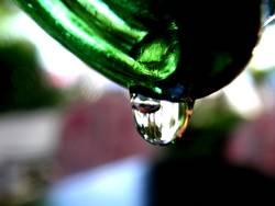 ein Tropfen aus einer Flasche